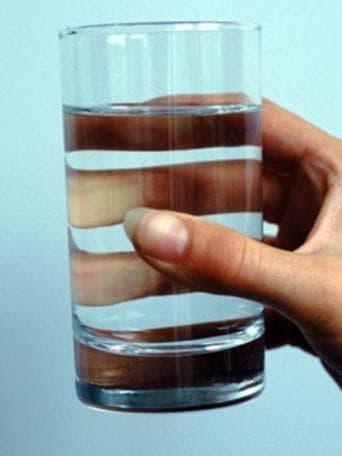 стакан воды с йодом