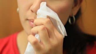 ребёнку намазывают нос мазью пеносол