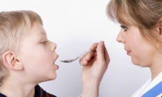 ребёнок принимает лекарство стоптуссина
