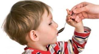 ребёнок принимает лекарство геделикс