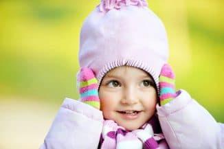 одевать детям шапку