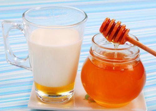 теплое молоко с растворенным в нем медом