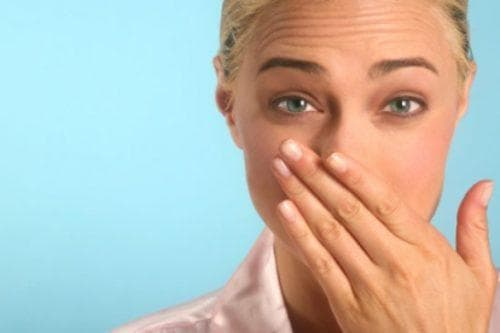 Отхаркиваются белые комочки с неприятным запахом