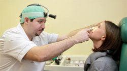 врач осматривает фурункул в носу