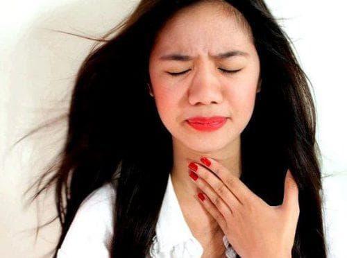 Сдавливает горло тяжело дышать