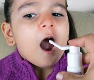 запыскивание спрея в горло
