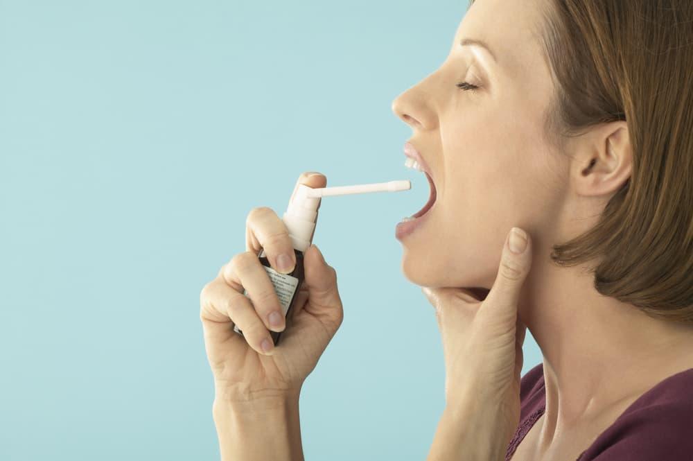Спрей от ангины: какой лучше для взрослых и детей, чем брызгать