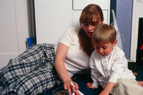табачный дым вызывает кашель у ребёнка