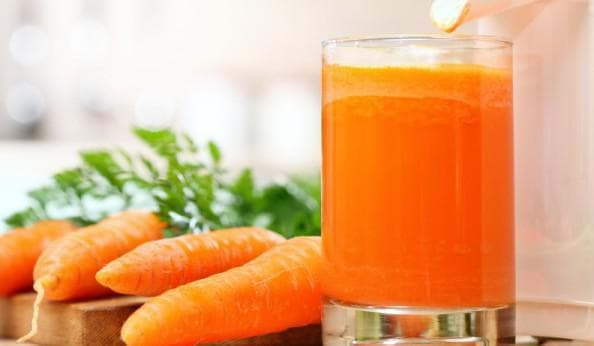 Свежевыжатый морковный сок как добавка к молоку от кашля