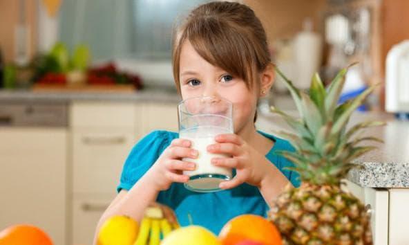 молоко с бананом пьёт ребёнок