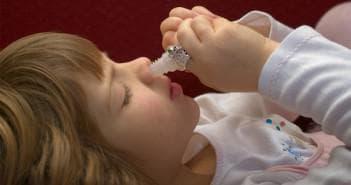 закапывание носа каплями тизин ребёнком