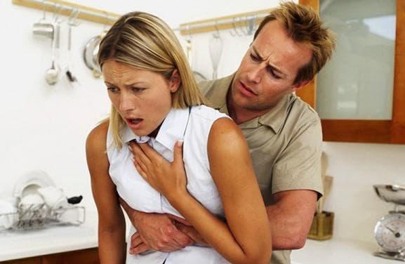 застряло в дыхательных путях и вызывает кашель