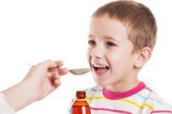 дети принимают сироп