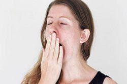 зевнуть или проглотить слюну