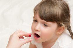приём таблеток детьми